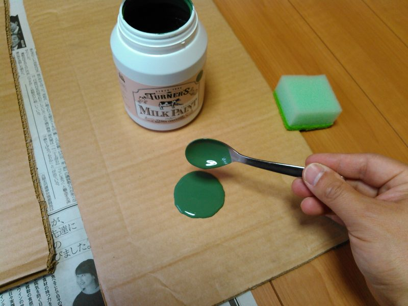 パレット(段ボール)に塗料を取り出す
