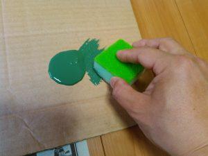 スポンジに塗料をなじませます