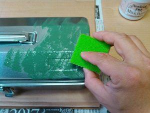 スポンジで塗料塗布
