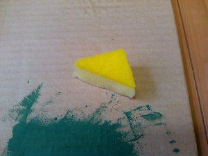 三角にカットしたスポンジ