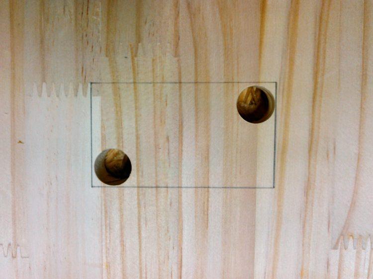 対角の2ヶ所に穴をあける