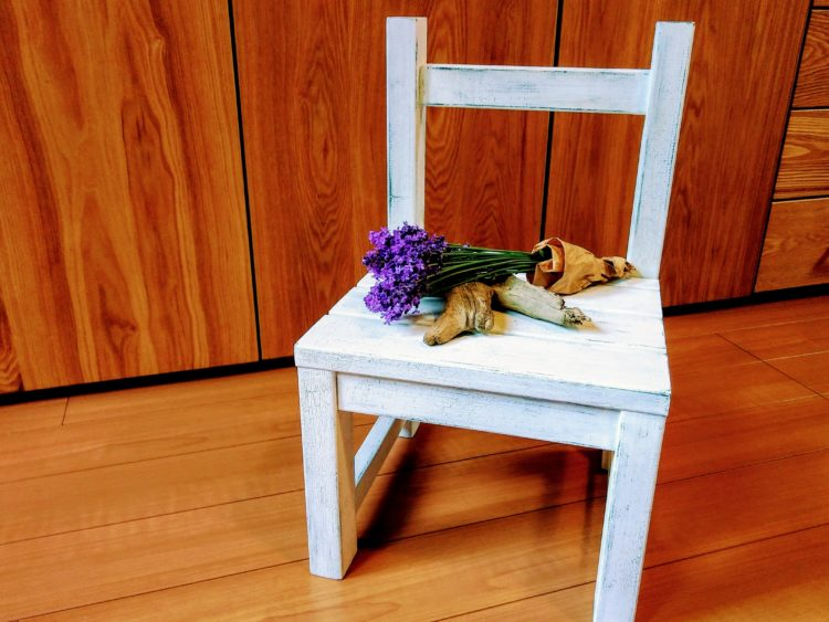 クラック塗装した椅子