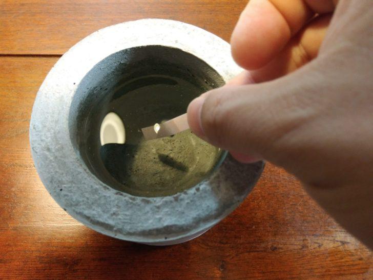 一か月放置したモルタル鉢に水をいれ丸一日経過