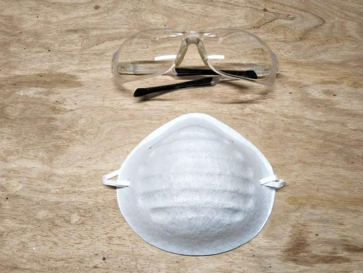 防塵マスクと保護メガネ