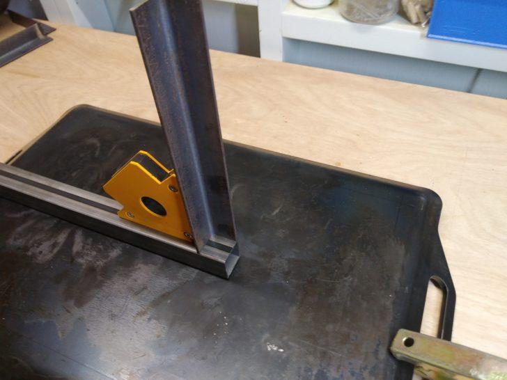 支柱と棚受アングル鋼を溶接マグネットで直角に保持