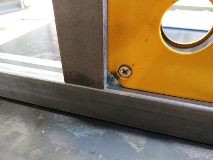 墨付け位置に棚受材を溶接ホルダで固定