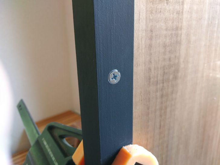 皿頭の木ネジがアングル鋼とフラットに収まる
