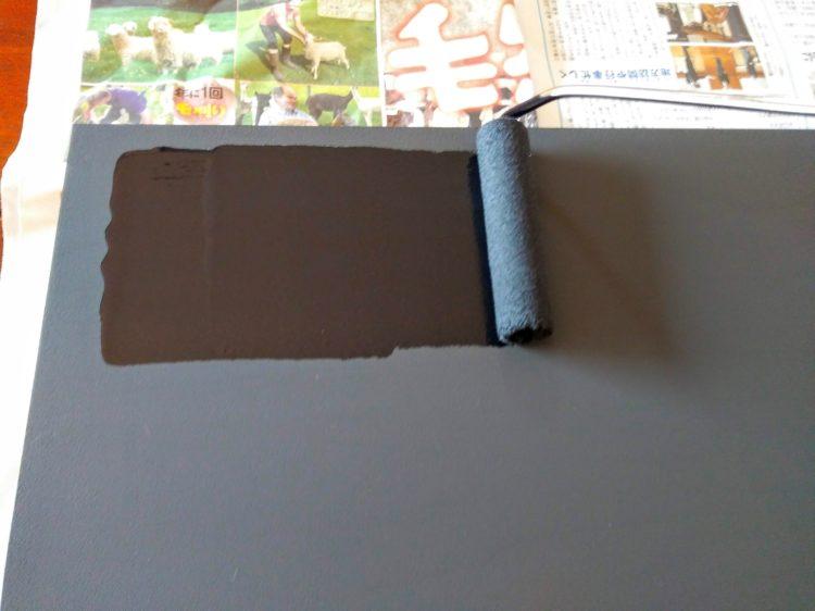 ロール刷毛で黒板塗料を塗布
