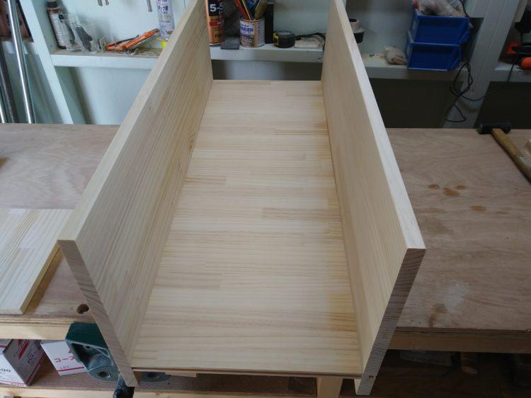 下部の中仕切り板と底板・棚板の接合完了