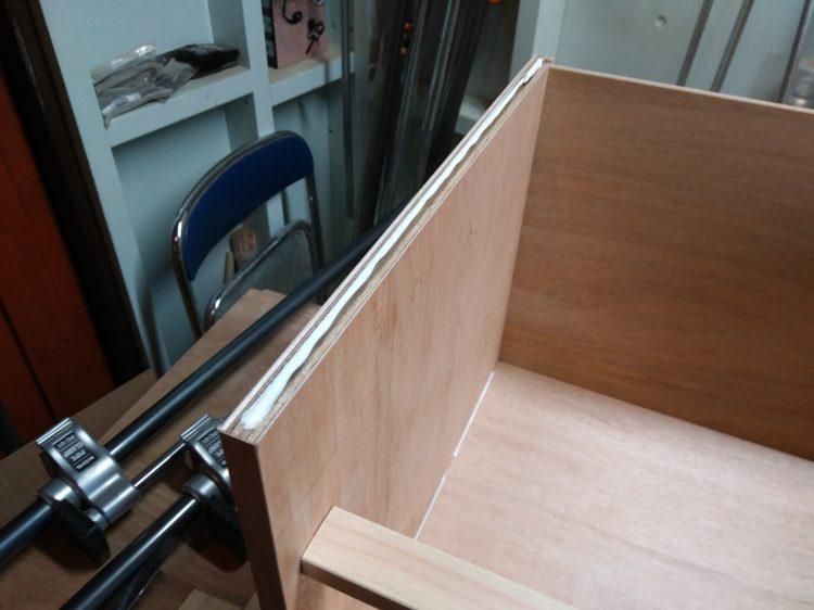 側板上部の溝に接着剤塗布