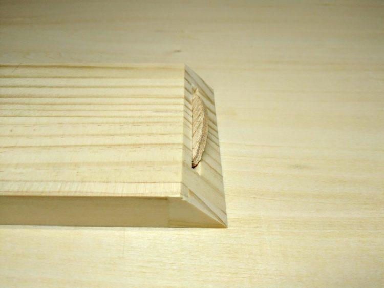 留めの木口面に対し直角にはめ込む