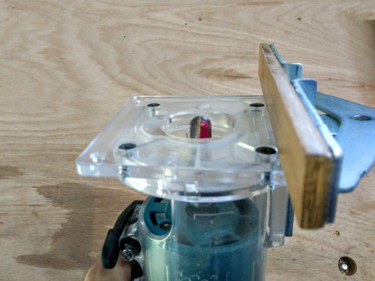 トリマーにU溝ビットとストレートガイドを装着