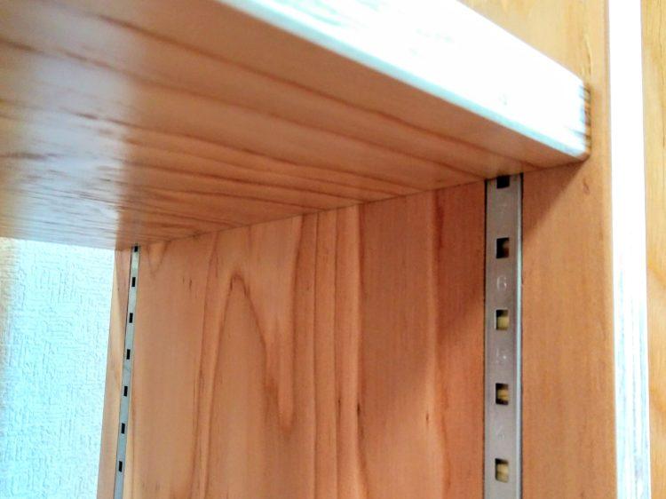棚柱の上端が固定棚接合部に隠れる