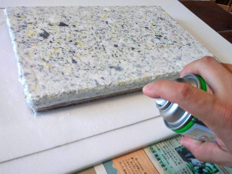 チップウレタン・座面板側面にもスプレーのりを塗布