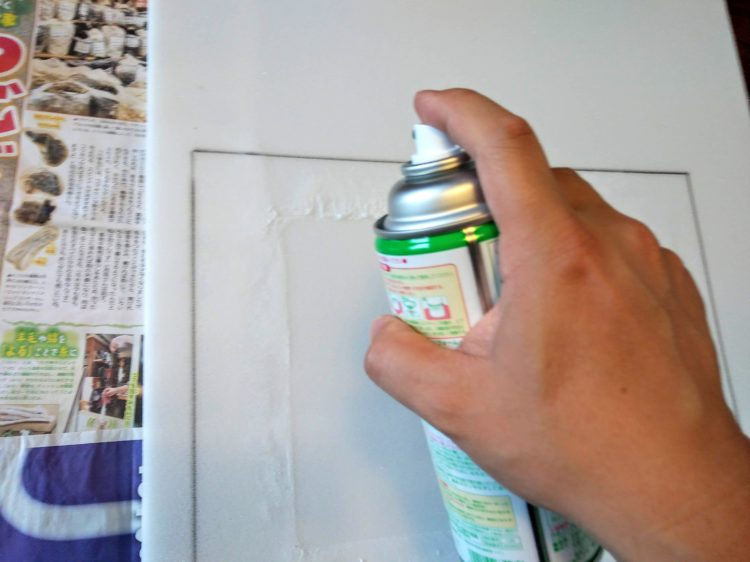 仕上げウレタンにスプレーのりを塗布