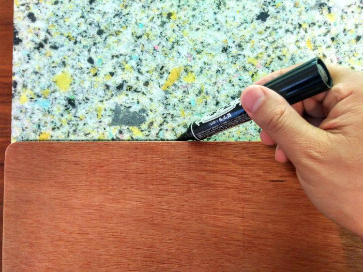 マジックで座面板の大きさを写し取る