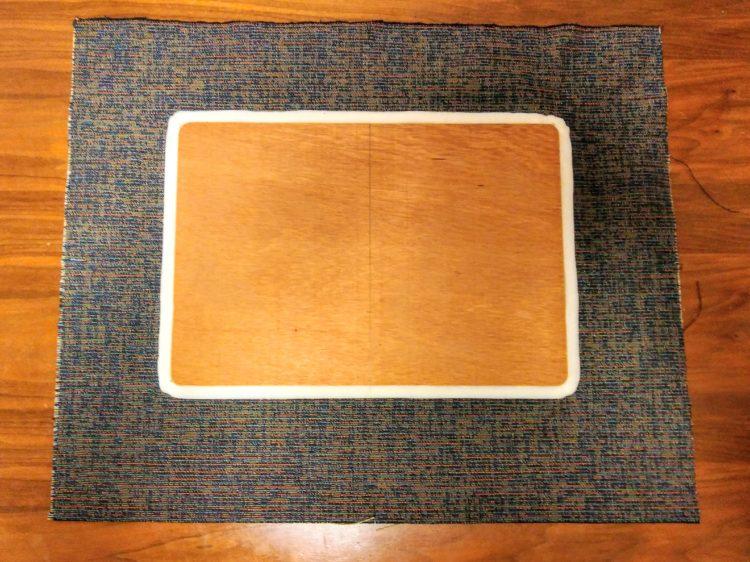 座面板の墨と生地の切れ目を合わせておく