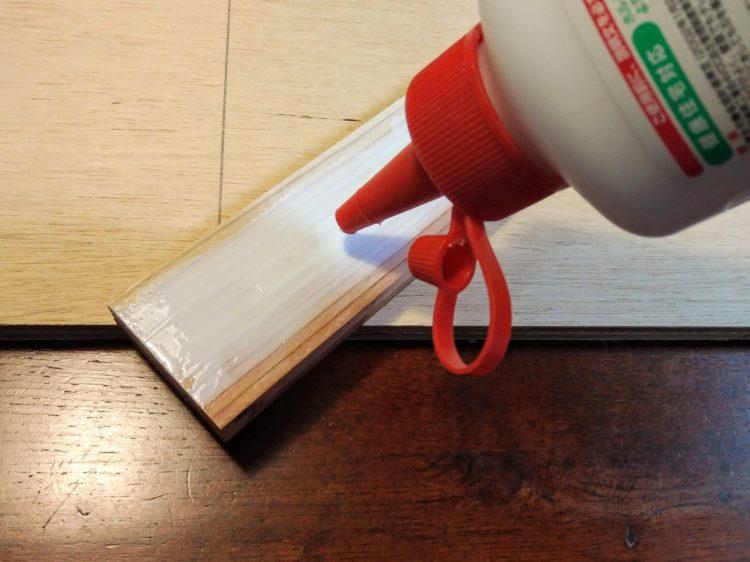 木工用接着剤を塗布