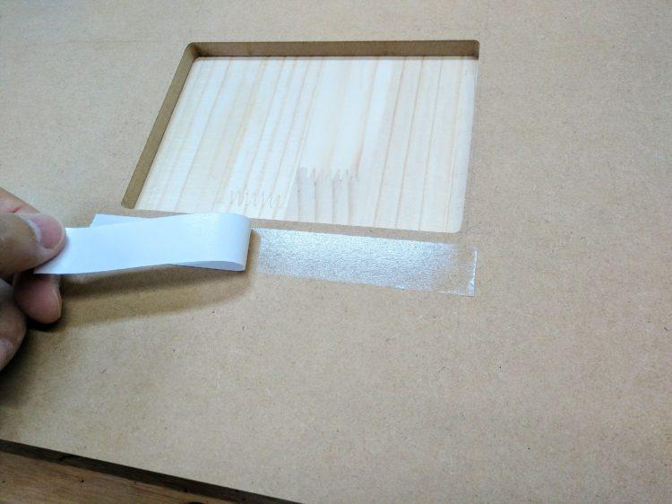 型板(テンプレート)裏側に両面テープを貼る
