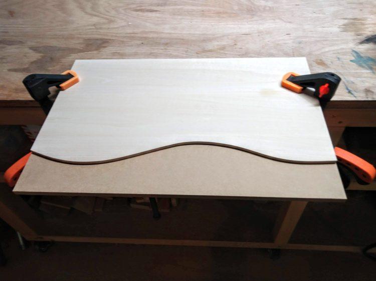 型板を上、加工材を下にし固定