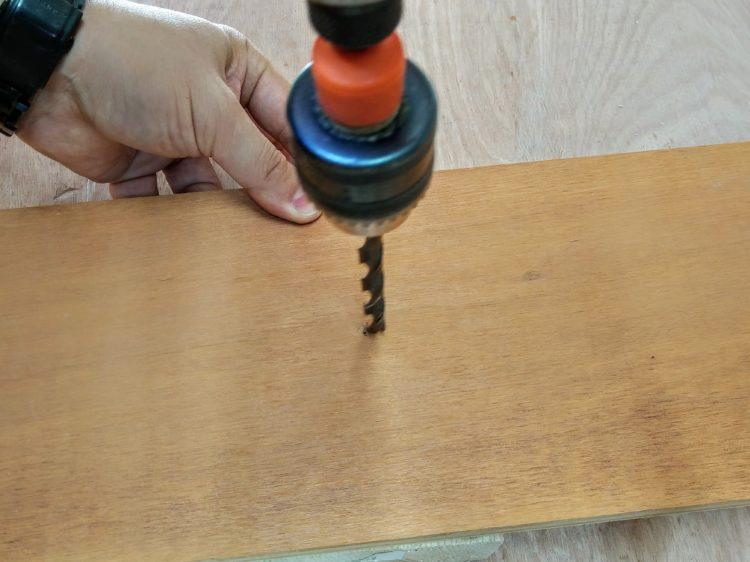木ダボがはまる下穴をあける