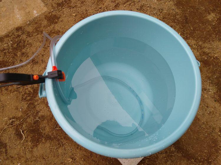 水を張りホースを固定