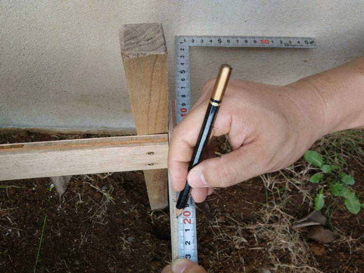 水貫に水糸を張る位置を墨付け