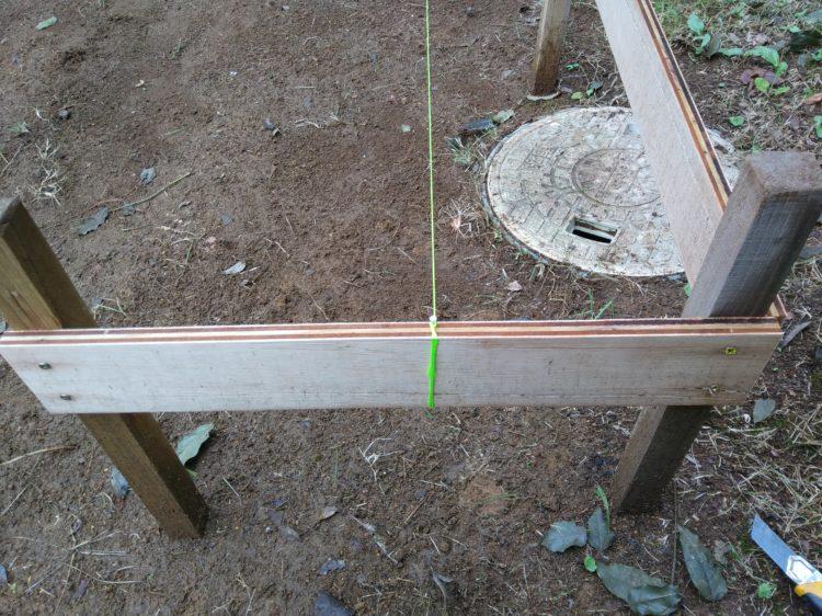 釘を打ち込み水糸を固定