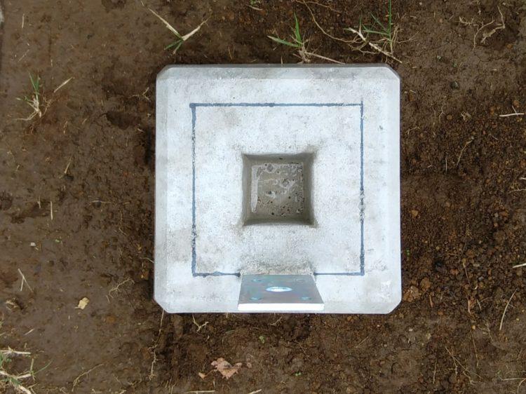 束柱の位置を束石に印す
