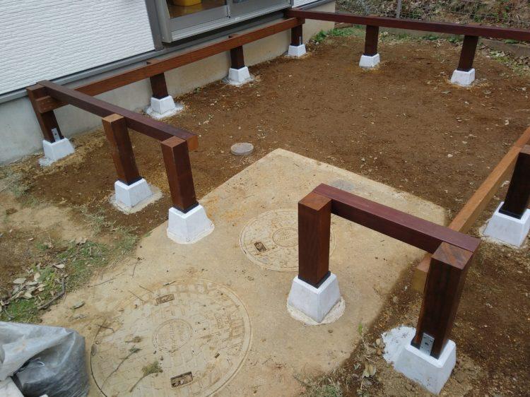 点検口をよけて束柱と根太を固定