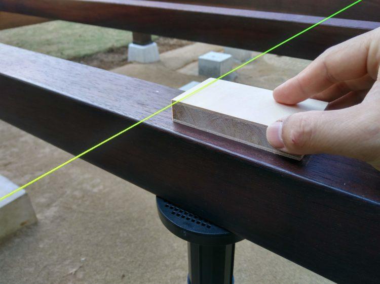 根太の高さを水糸で確認