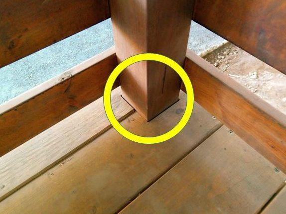 フェンス支柱周りの床材の欠き取り