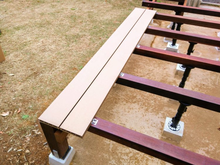 人工木を使用した床板の固定