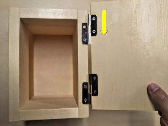 取付枠の芯棒に扉の管を上から差し込む