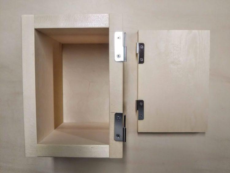 扉・取付枠それぞれに丁番を固定