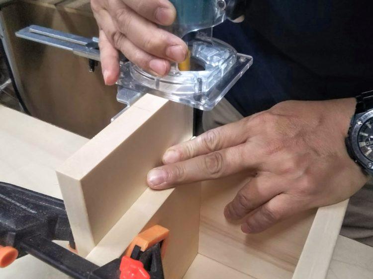 扉を固定し切削する