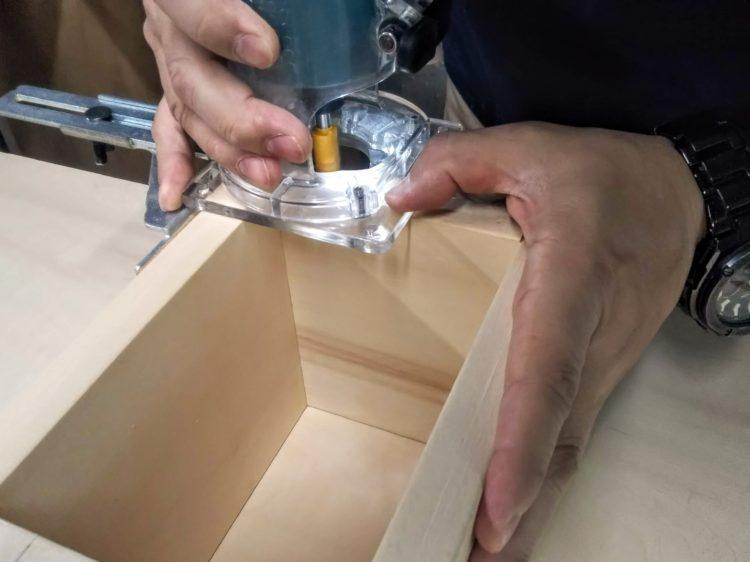 トリマー(ストレートガイドを使用)で切削