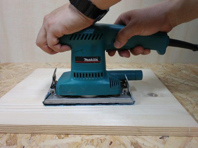 オービタルサンダーによる板材の研磨