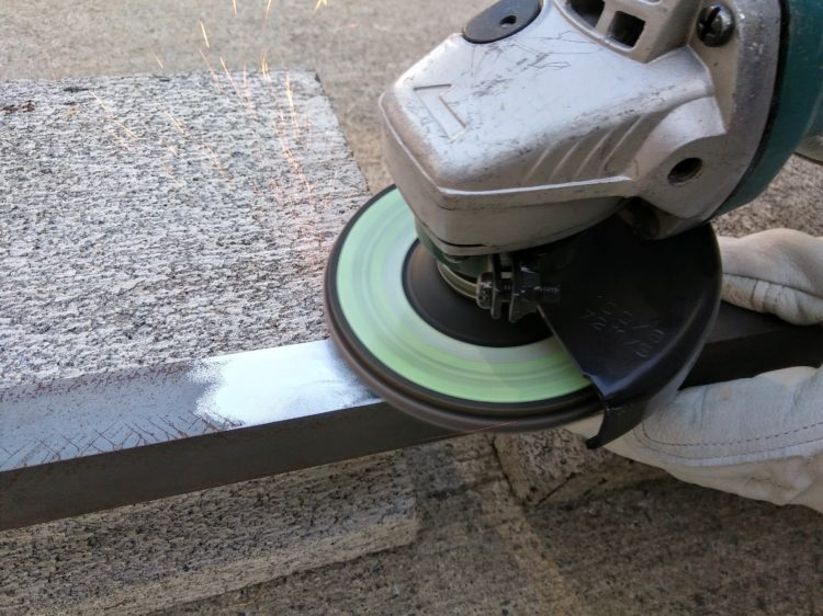 ディスクグラインダーによる鋼材の研磨