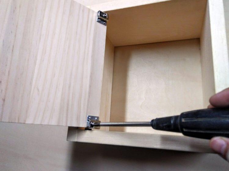 調節ネジで扉の位置を調整