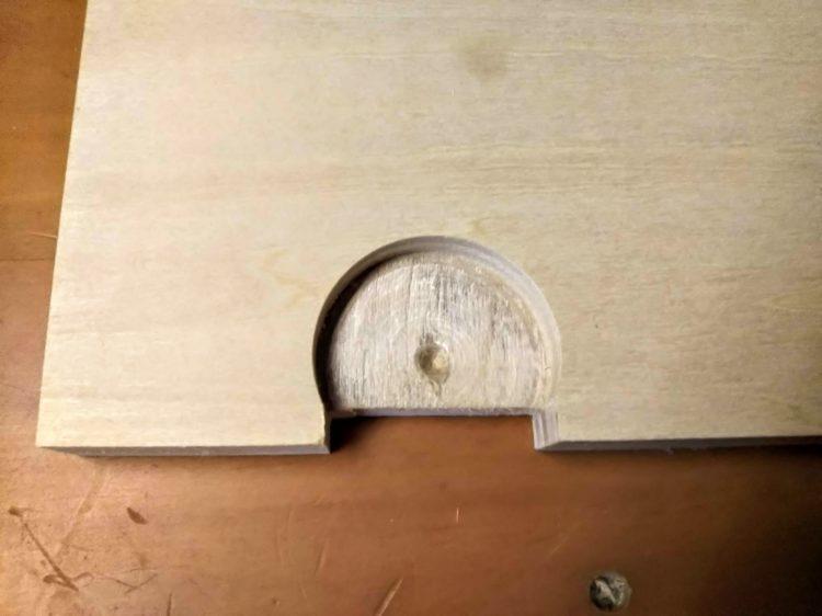 扉内側に掘り込み加工を施す