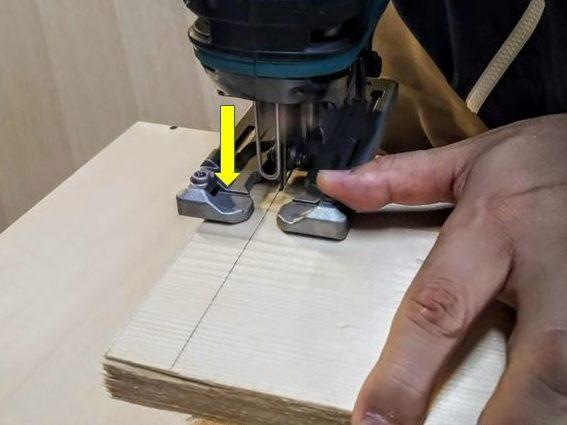 ベースを加工材に密着させる
