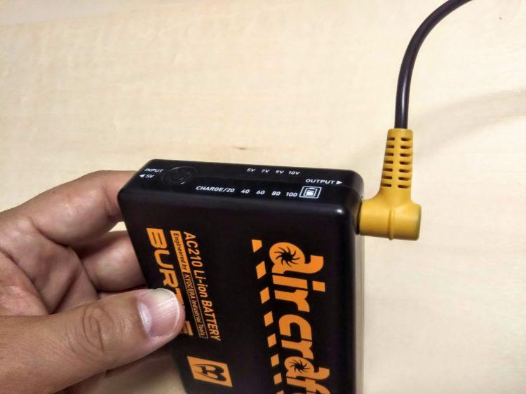 バッテリーとケーブルを接続