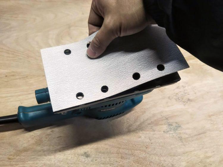 パッドの穴とサンディングペーパーの穴を合わせて取り付ける