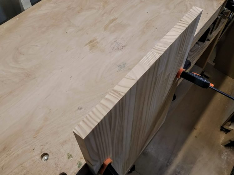 加工する木口面を上向きにして板材を立てる