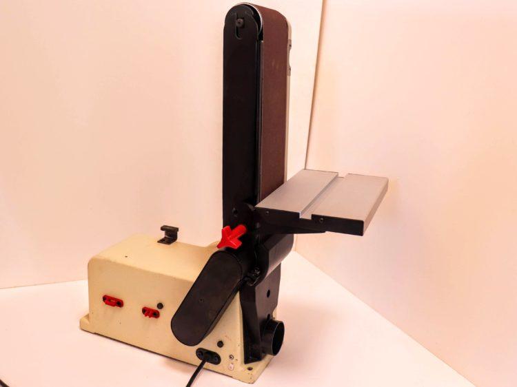 サンディングアームを立てボルトを締め付け固定する