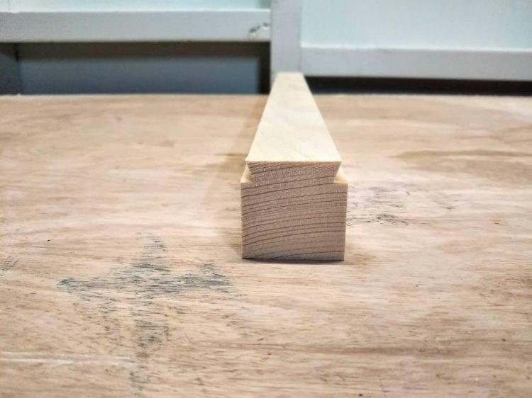 桟木の両角をトリマーで切削