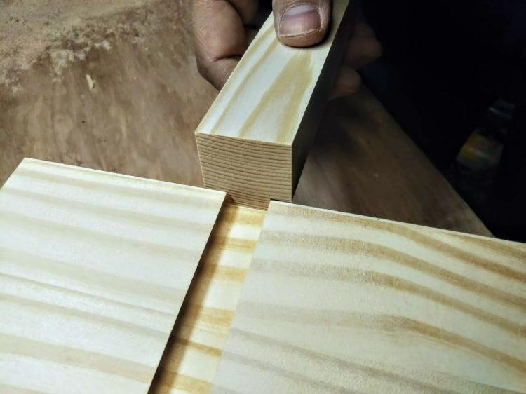 板材裏面のあり溝に当てて確認する