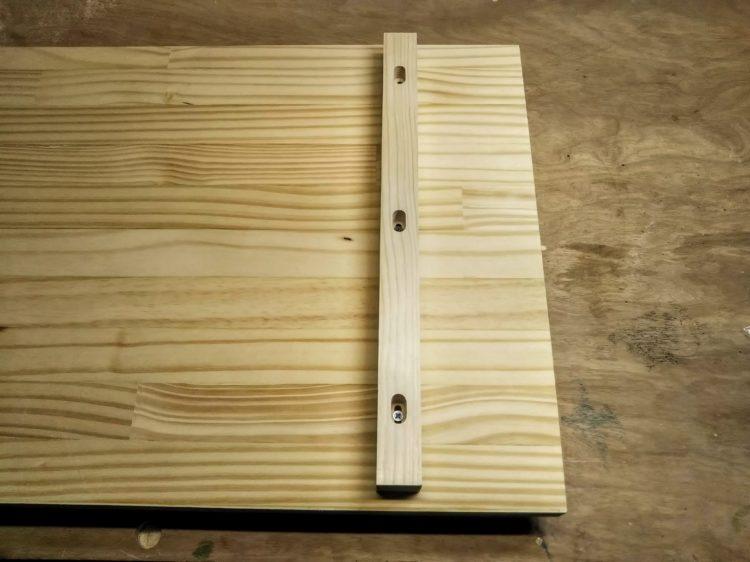 木製の桟木をねじ止め