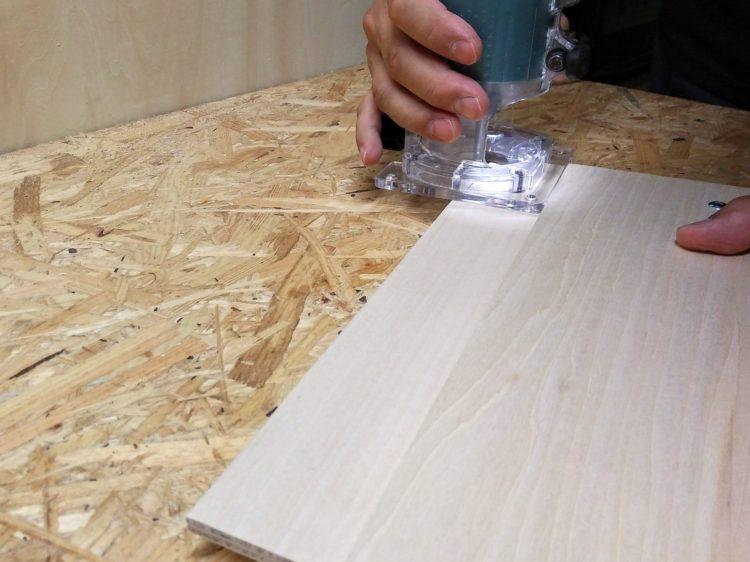 上のべニアの側面をガイドに切削